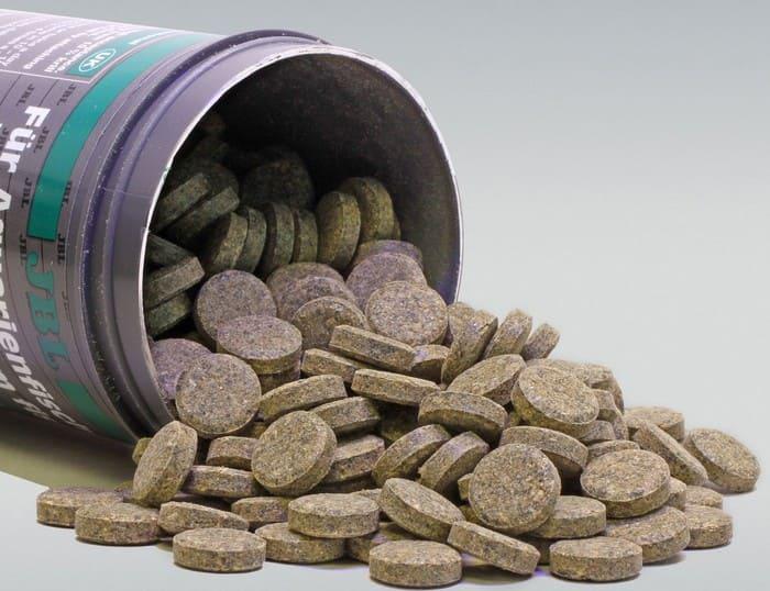 Сухой корм в виде таблетки для акантофтальмуса