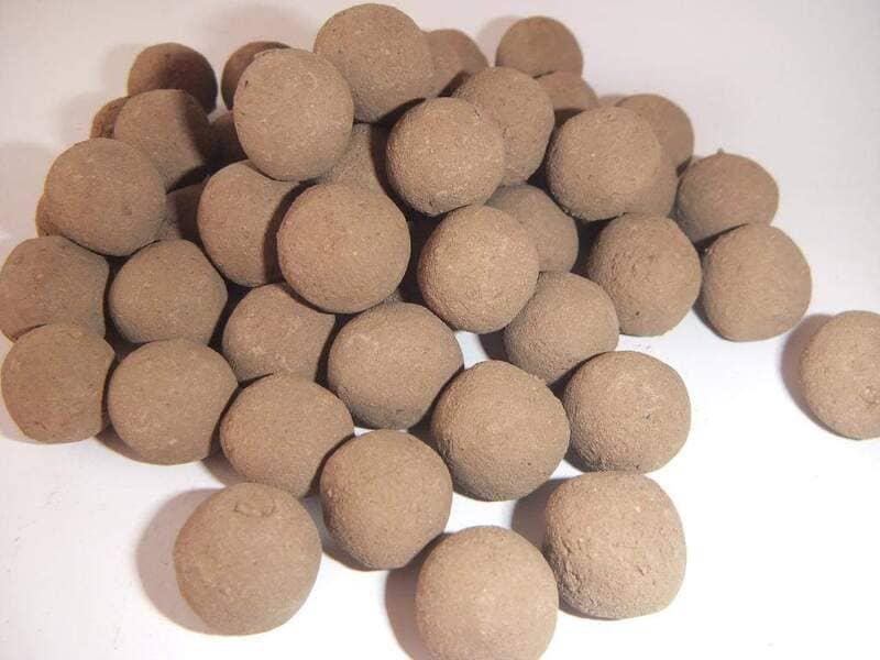 Растение можно подкормить красной глиной, сформированную в шарики