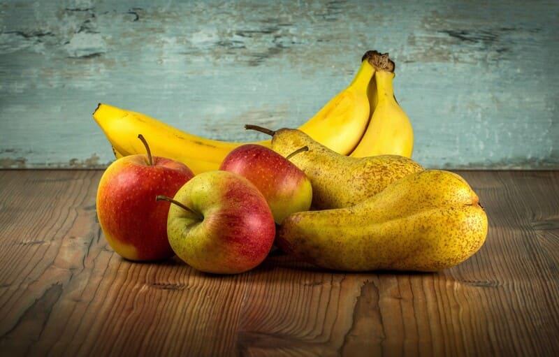 Красноухой черепахе можно давать яблоко, грушу, банан и другие фрукты
